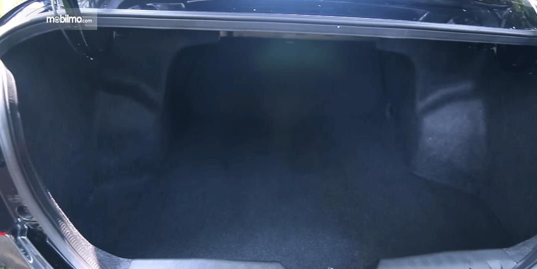 Gambar ini menunjukkan bagasi Mobil Suzuki Ciaz GLX AT 2016