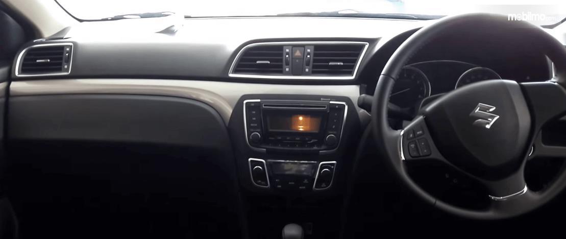 Gambar ini menunjukkan dashboard dan kemudi mobil Mobil Suzuki Ciaz GLX AT 2016