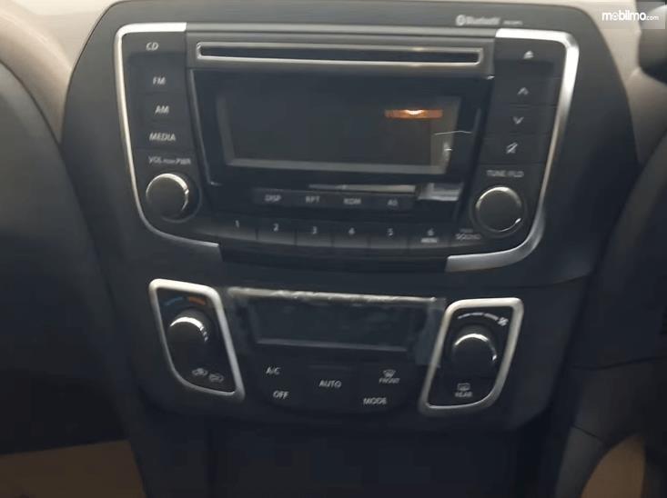 Gambar ini menunjukkan head unit dan pengatur AC Mobil Suzuki Ciaz GLX AT 2016