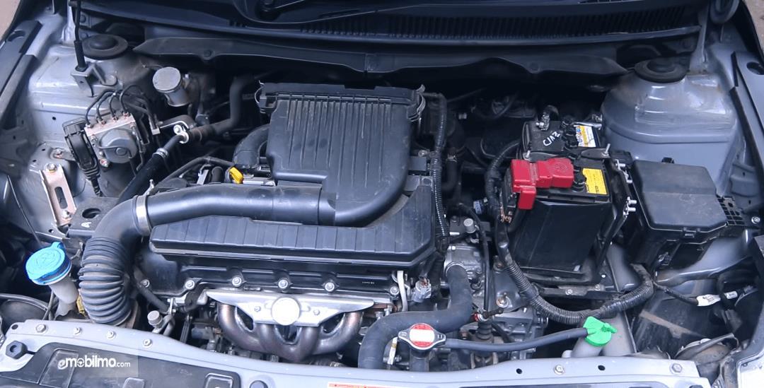 Gambar ini menunjukkan mesin Mobil Suzuki Ciaz GLX AT 2016