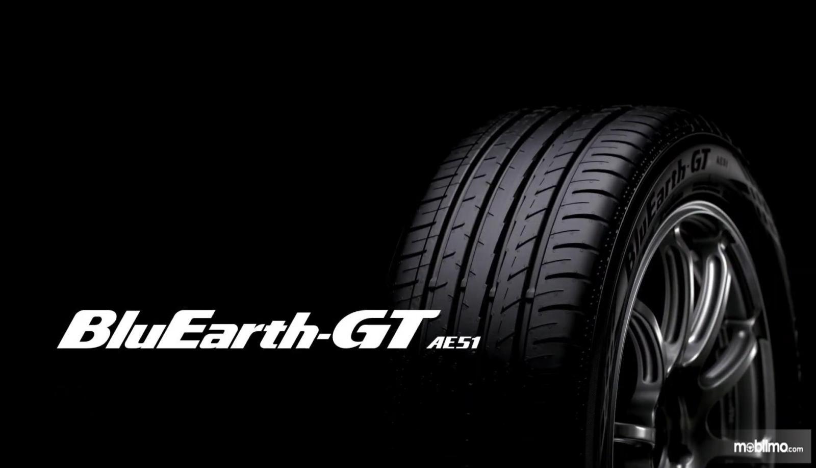 Gambar ini menunjukkan ban mobil BluEarth-GT AE51