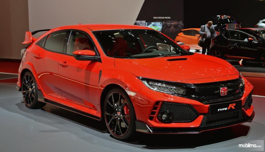 Gambar ini menunjukkan mobil Honda Civic Type R merah