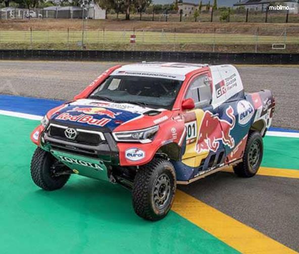 Gambar ini menunjukkan salah satu mobil untuk Reli Dakar