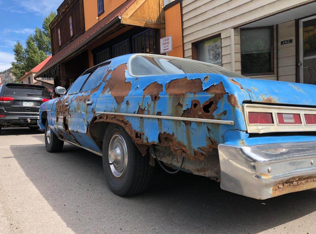 Foto menunjukkan Mobil berkarat