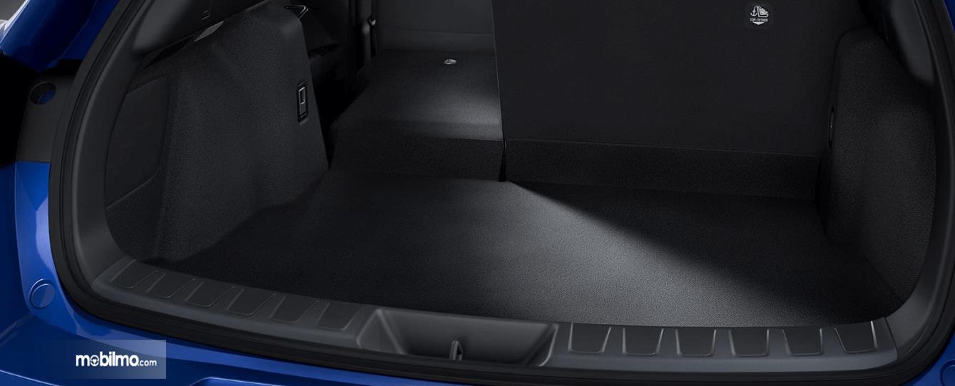 Gambar ini menunjukkan bagasi mobil Lexus UX 300e 2020