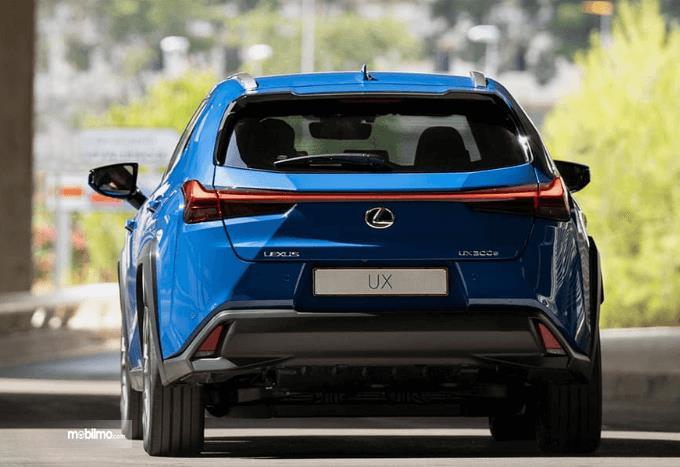 Gambar ini menunjukkan bagian belakang mobil Lexus UX 300e 2020