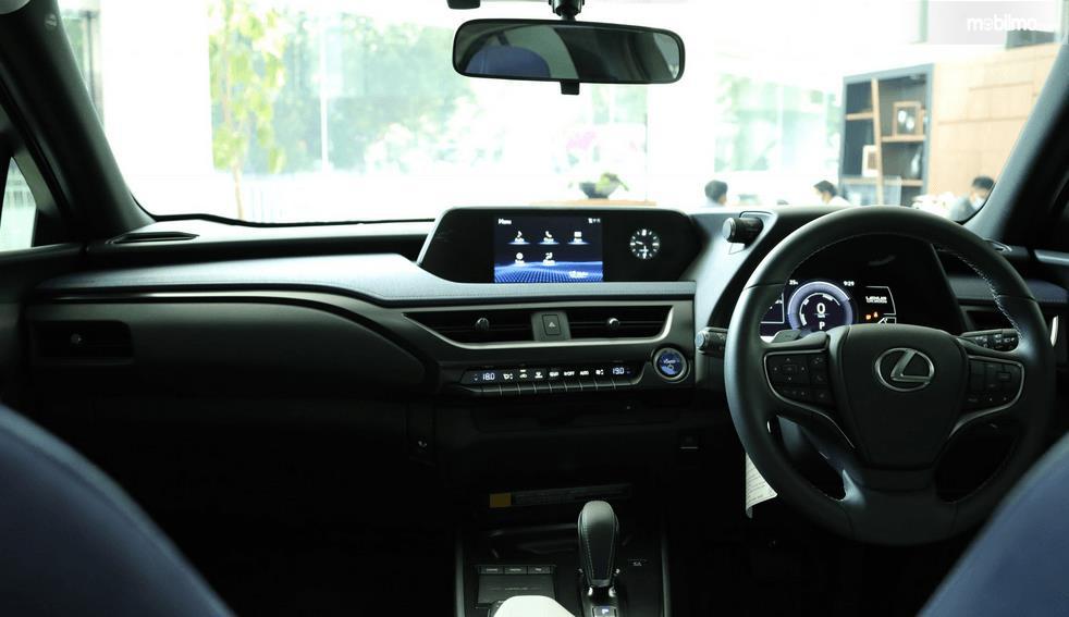 Gambar ini menunjukkan dashboard dan kemudi mobil Lexus UX 300e 2020