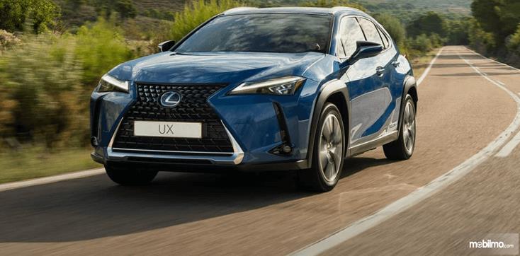 Gambar inimenunjukkan bagian depan mobil Lexus UX 300e 2020