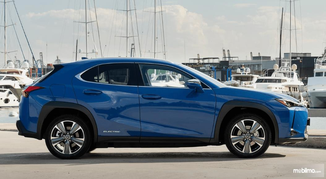 Gambar ini menunjukkan bagian samping mobil Lexus UX 300e 2020