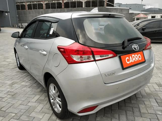 Gambar ini menunjukkan bagian belakang mobil Toyota Yaris E CVT 2018