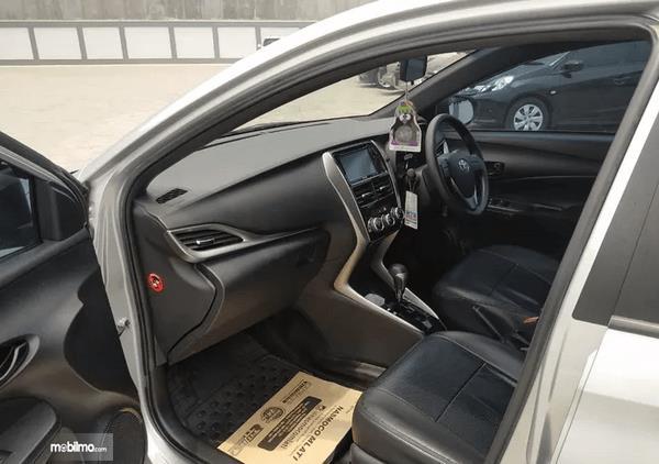 gambar ini  menunjukkan interior depan  mobil Toyota Yaris E CVT 2018