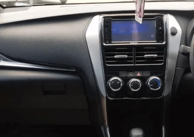 Gambar ini menunjukkan head unit Toyota Yaris E CVT 2018