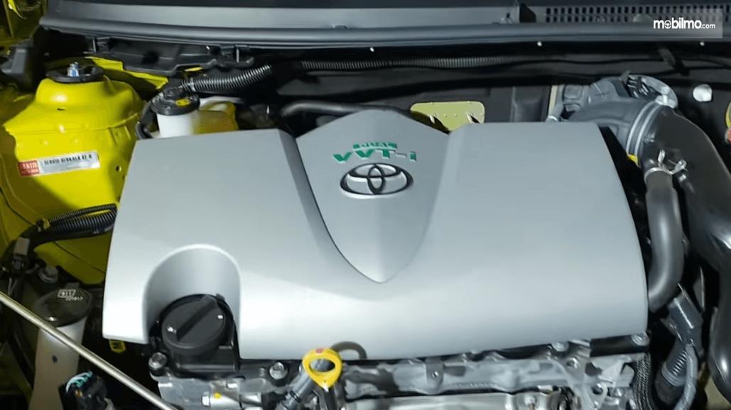 gambar ini menunjukkan mesin mobil Toyota Yaris E CVT 2018