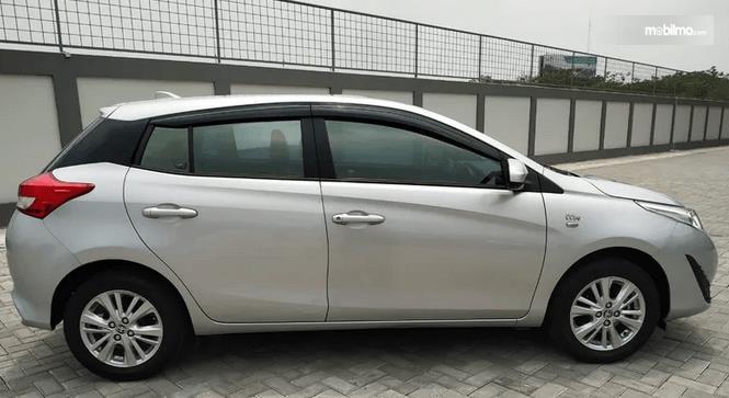 Gambar ini menunjukkan bagian samping mobil Toyota Yaris E CVT 2018