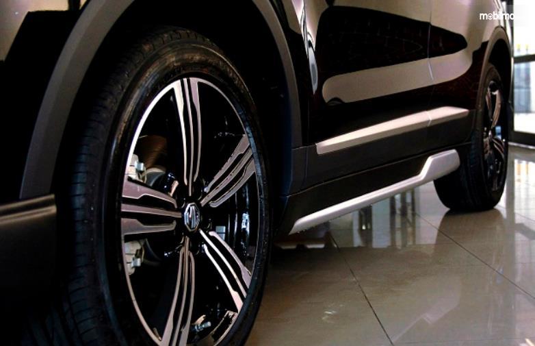 Gambar ini menunjukkan bagian samping mobil MG ZS versi modifikasi