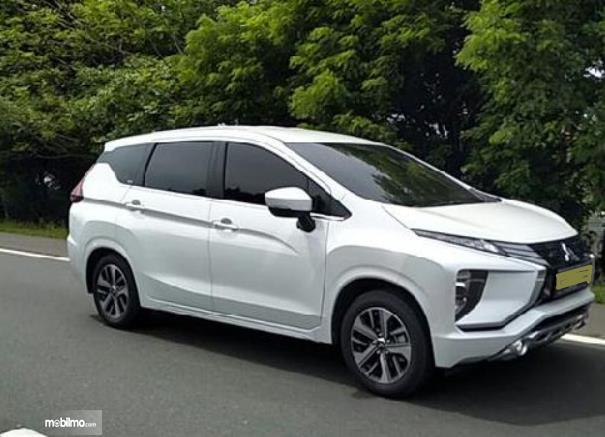 Gambar ini menunjukkan mobil Mitsubishi Xpander putih tampak samping