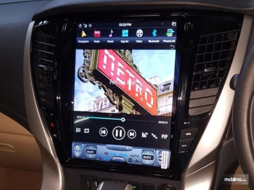 Gambar ini menunjukkan head unit ala Tesla dipasangkan di Toyota Fortuner