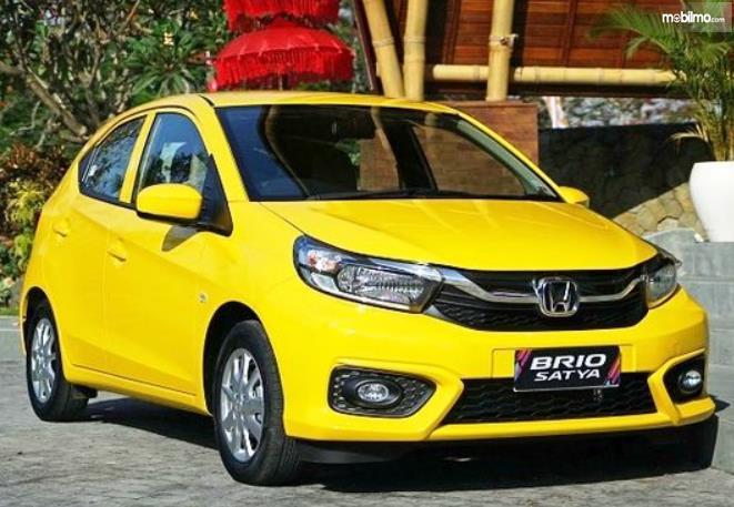 Gambar ini menunjukkan Honda Brio Satya kuning tampak depan
