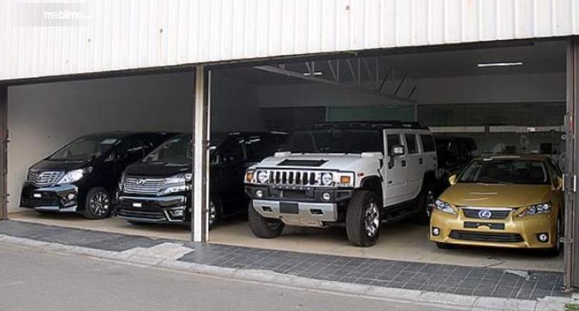 Gambar ini menunjukkan beberapa mobil di garasi mobil