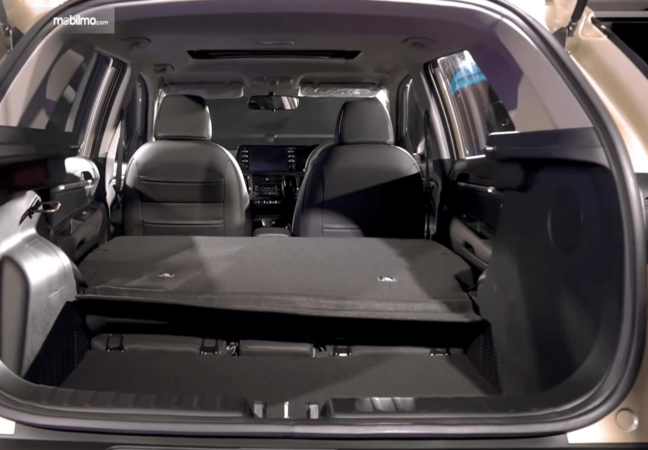 Gambar ini menunjukkan bagasi mobil KIA Sonet Premiere 2020