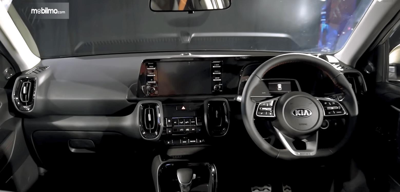Gambar ini menunjukkan bagian dashboard dan kemudi mobil KIA Sonet Premiere 2020