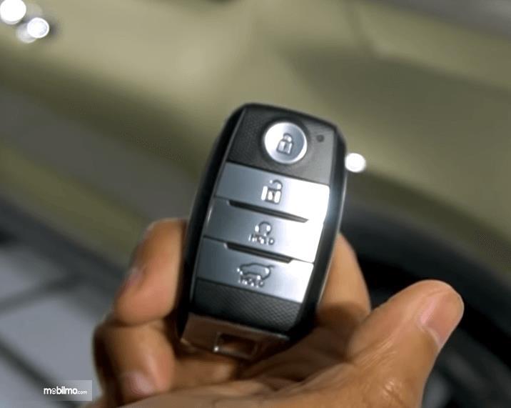 Gambar ini menunjukkan smart key pada mobil KIA Sonet Premiere 2020