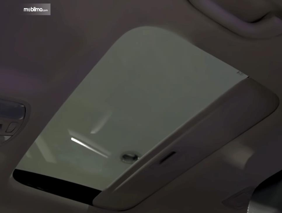 Gambar ini menunjukkan sunroof mobil KIA Sonet Premiere 2020