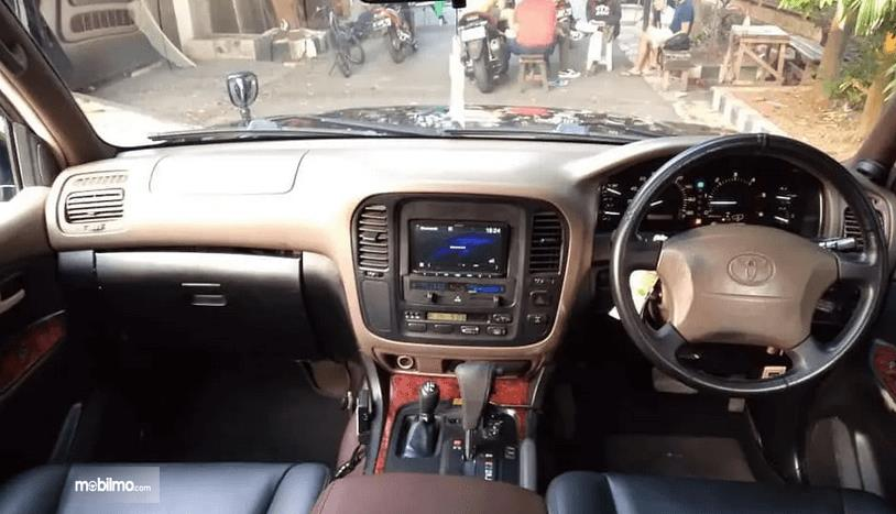 Gambar ini menunjukkan dashboard mobil Toyota Land Cruiser VX100 2002