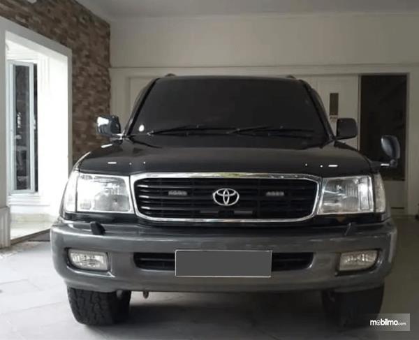 Gambar ini menunjukkan bagian depan Toyota Land Cruiser VX100 2002