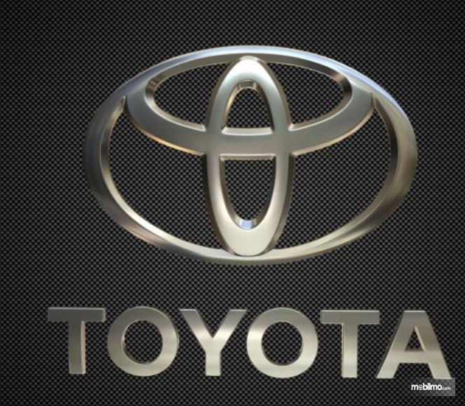 Gambar ini menunjukkan logo Toyota dan emblem TOYOTA