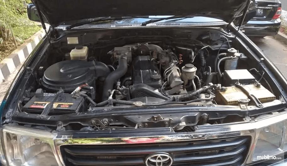 Gambar ini menunjukkan mesin mobil Toyota Land Cruiser VX100 2002