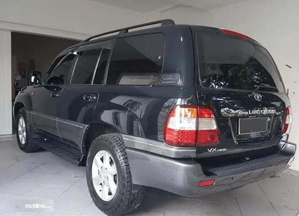 Gambar ini menunjukkan bagian samping Toyota Land Cruiser VX100 2002