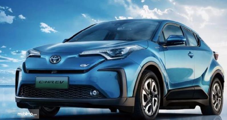 Gambar ini menunjukkan mobil Toyota C-HR EV yang dihadirkan di China