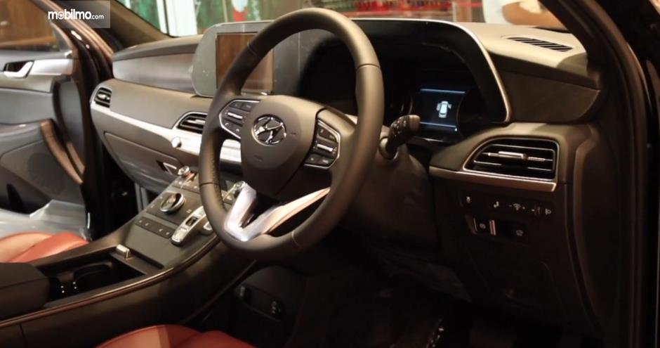 Gambar ini menunjukkan dashboard dan kemudi mobil Hyundai Palisade Signature 2020