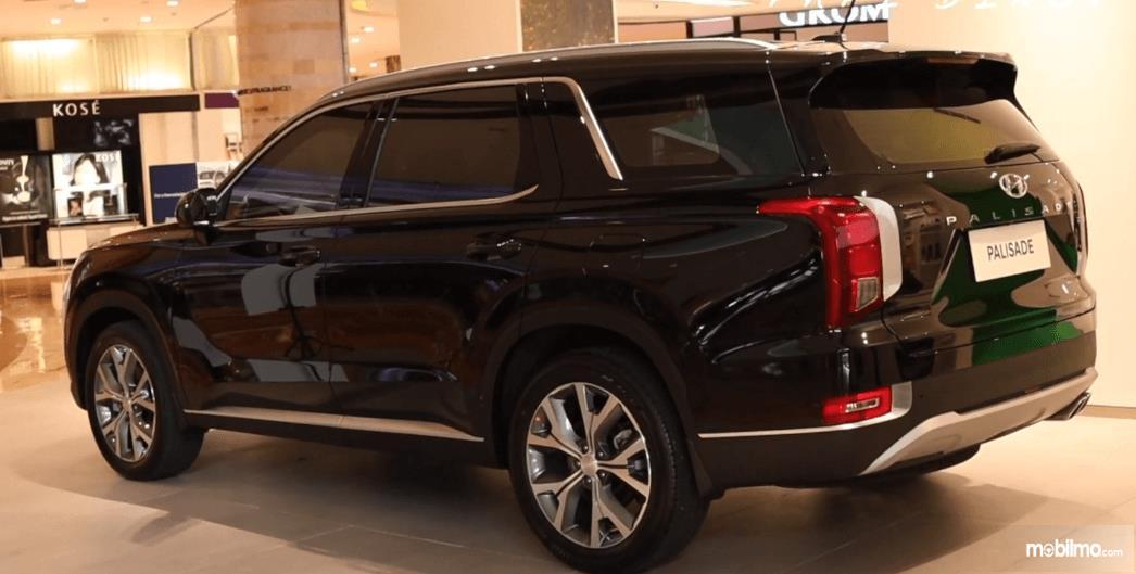 Gambar ini menunjukkan bagian samping Hyundai Palisade Signature 2020