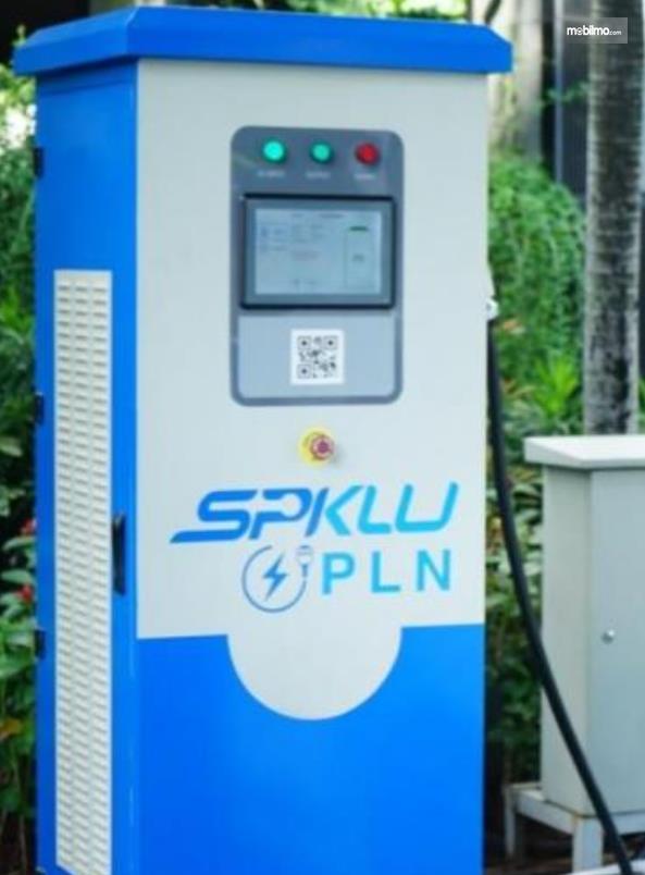 Gambar ini menunjukkan stasiun pengisian kendaraan listrik dari PLN