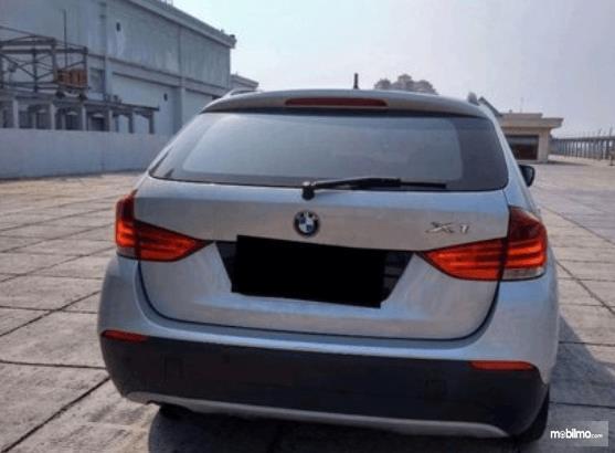 Gambar ini menunjukkan bagian belakang BMW X1 sDrive18i 2011