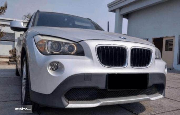 Gambar ini menunjukkan bagian depan mobil BMW X1 sDrive18i 2011