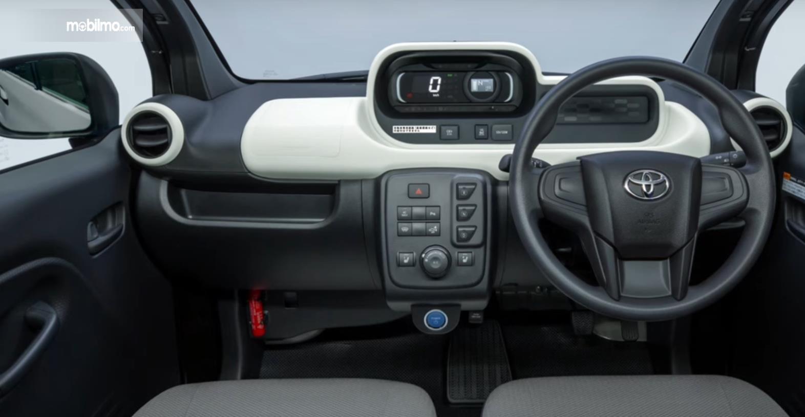 Gambar ini menunjukkan interior mobil listrik Toyota C+pod