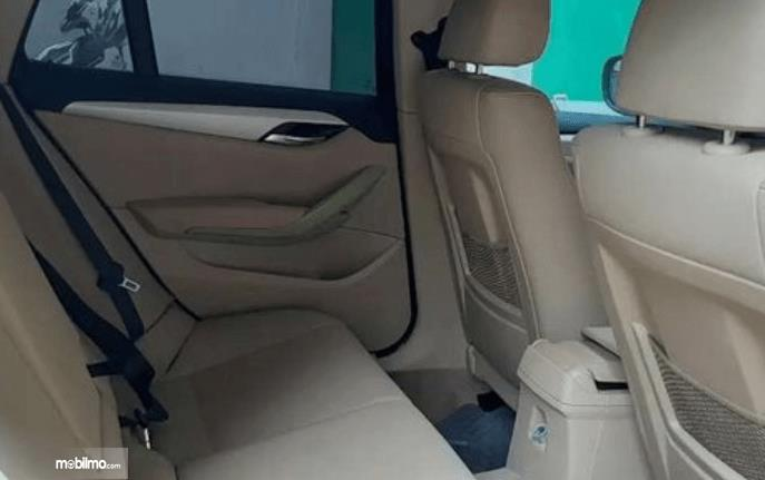 Gambar ini menunjukkan jok mobil BMW X1 sDrive18i 2011