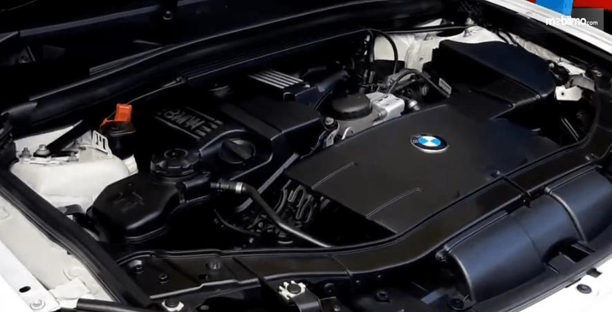 Gambar ini menunjukkan mesin BMW X1 sDrive18i 2011