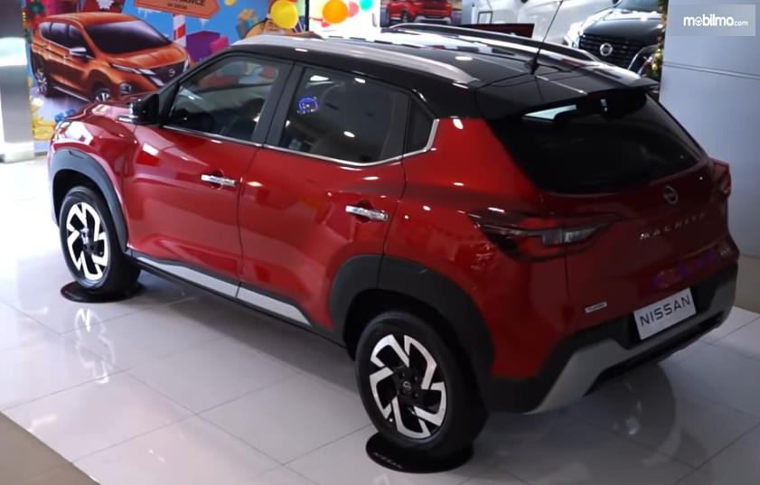 Gambar ini menunjukkan bagian belakang dan samping kiri mobil Nissan Magnite