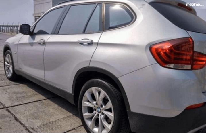 Gambar ini menunjukkan bagian samping BMW X1 sDrive18i 2011