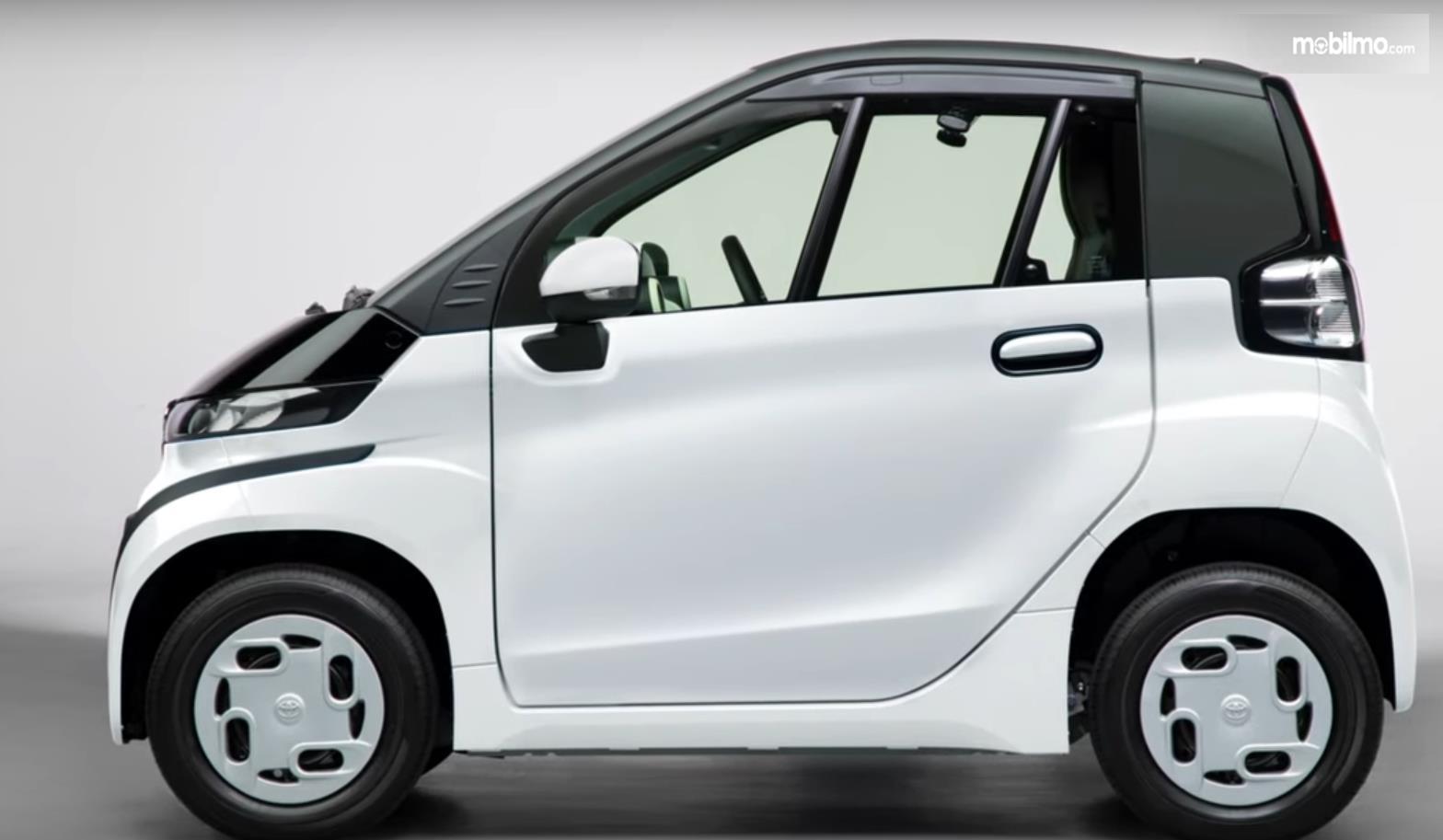 Gambar ini menunjukkan sisi samping mobil listrik Toyota C+pod
