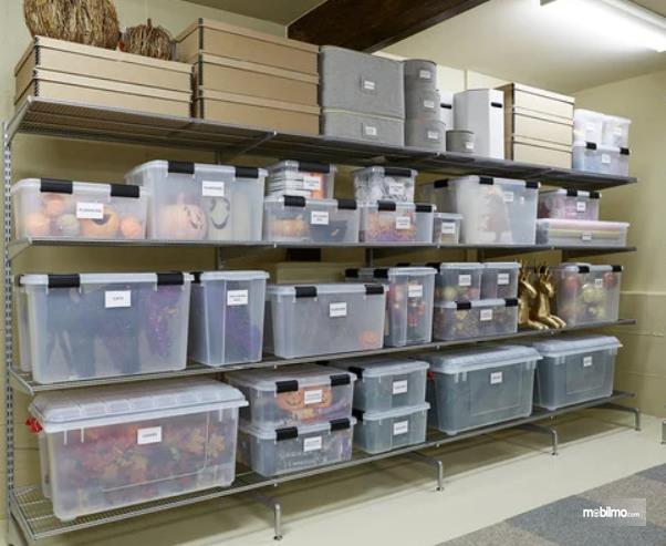 Gambar ini menunjukkan boks kontainer ditata di rak