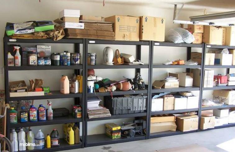 Gambar ini menunjukkan rak untuk tempat barang di garasi mobil