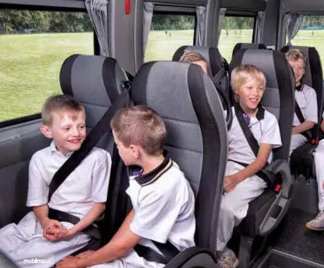 Gambar ini menunjukkan anak-anak yang memakai seat belt 3 titik