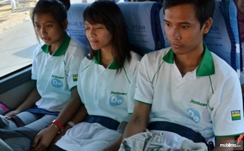 Gambar ini menunjukkan beberapa orang memakai seat belt 2 titik