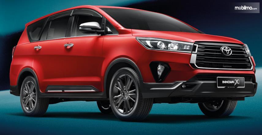 Gambar ini menunjukkan Toyota Innova versi Malaysia tampak bagian depan