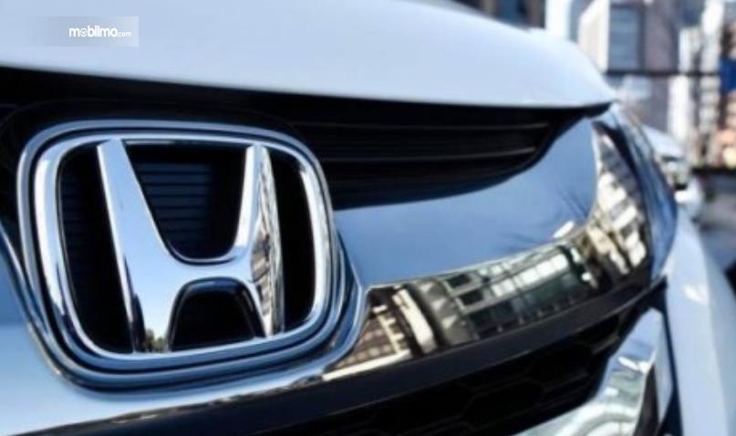 Gambar ini menunjukkan logo mobil Honda warna krom